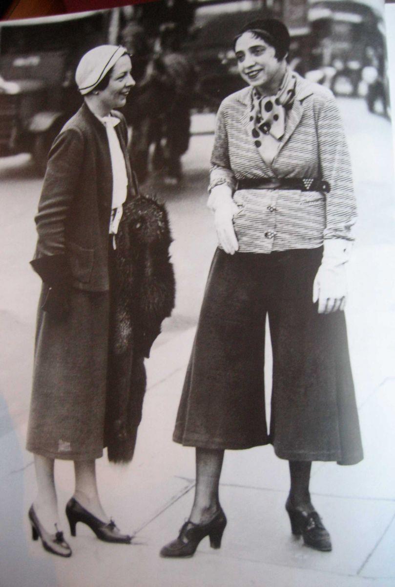 coco channel and elsa schiaparelli Provocadora, controvertida y feroz rival de coco chanel, elsa schiaparelli revolucionó la alta costura durante la época de entreguerras del siglo pasado.